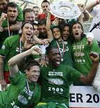 """<p>Игроки """"Вольфсбурга"""" радуются победе в чемпионате Германии 23 мая 2009 года. """"Вольфсбург"""" стал чемпионом Германии после разгрома """"Вердера"""" со счетом 5-1, в первенствах других стран Европы на первое место вышли новости о покидающих элиту аутсайдерах. REUTERS/Thomas Bohlen</p>"""