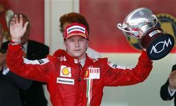 <p>Piloto da Ferrari de Fórmula 1 Kimi Raikkonen da Finlândia comemora no pódio após ocupar o terceiro lugar no Grande Prêmio em Monte Carlo. 24/05/2009. REUTERS/Max Rossi</p>