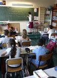 """<p>Les acteurs du """"Grenelle des ondes"""" ont présenté lundi dix propositions, dont la possible interdiction des téléphones portables dans les écoles primaires, une mesure qui dépend aujourd'hui de chaque établissement. /Photo d'archives/REUTERS/Charles Platiau</p>"""