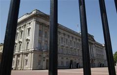 <p>Здание Букингемского дворца резиденции королевы Великобритании в Лондоне 24 мая 2009 года. Королевский шофер отстранен от должности за то, что в обмен на взятку позволил переодетым журналистам проникнуть в лондонскую резиденцию Королевы Елизаветы и даже посидеть в ее автомобиле, сообщил в воскресенье Букингемский дворец. REUTERS/Stephen Hird</p>