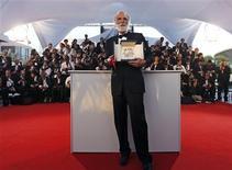 """<p>Cineasta austríaco Michael Haneke após receber a Palma de Ouro do 62o Festival de Cannes com o filme """"Das Weisse Band"""" (A Fita Branca). 24/05/2009. REUTERS/Jean-Paul Pelissier</p>"""