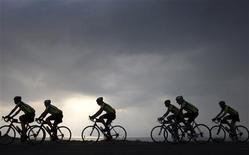 <p>Près de 200 détenus participeront à partir du 4 juin au premier Tour de France cycliste pénitentiaire, un périple de 2.300 kilomètres en peloton unique - et sans échappées possibles - à travers tout le pays. /Photo d'archives/REUTERS/Baz Ratner</p>