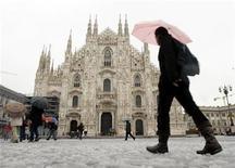 <p>Foto de archivo de un día con nieve en la catedral Gótica de Milán, Italia, 28 nov 2009. La catedral gótica de Milán celebrará sus primeros conciertos de música clásica sobre un techo, señalaron el lunes funcionarios. REUTERS/Alessandro Garofalo</p>