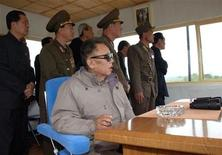 <p>Il leader nordcoreano Kim Jong-il durante una ispezione a una base aerea. REUTERS/KCNA (NORTH KOREA MILITARY ENERGY POLITICS). QUALITY FROM SOURCE. NO THIRD PARTY SALES. NOT FOR USE BY REUTERS THIRD PARTY DISTRIBUTORS</p>