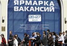 <p>Люди стоят в очереди на ярмарку вакансий в Москве 26 мая 2009 года. Почти 30 процентов россиян столкнулись в конце апреля 2009 года с угрозой массовых увольнений, в то время как с февраля по апрель эта проблема касалась четверти жителей страны, показал опрос Левада-центра. REUTERS/Denis Sinyakov</p>