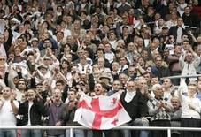 <p>Сторонники оппозиции на стадионе Бориса Пайчадзе в Тбилиси 26 мая 2009 года. Грузинской оппозиции удалось вновь собрать десятки тысяч сторонников на митинг в Тбилиси во вторник, в День независимости Грузии, с требованиями отставки президента страны Михаила Саакашвили. REUTERS/David Mdzinarishvili</p>