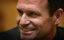 <p>Foto de archivo de Armin Meiwes tras su segundo juicio en Fráncfort, Alemania, 12 ene 2006. Un filme de horror del 2006 basado en la historia real de un ingeniero alemán que mató y se comió a una víctima voluntaria podrá ser exhibido en Alemania, dictaminó el martes una corte, revocando prohibición anterior. REUTERS/Kai Pfaffenbach</p>