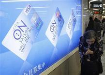 <p>La pubblicità di carte di credito. REUTERS/Kim Kyung-Hoon</p>