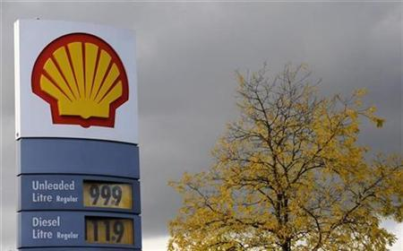 A sign for a Shell petrol station is seen in London October 28, 2008. REUTERS/Toby Melville