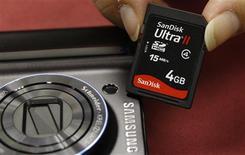 <p>Le sud-coréen Samsung Electronics annonce avoir renouvelé pour sept ans sa licence avec SanDisk pour l'utilisation de sa technologie de mémoires flash, tout en divisant environ par deux les royalties versées chaque année au fabricant américain. /Photo d'archives/REUTERS/Bobby Yip</p>
