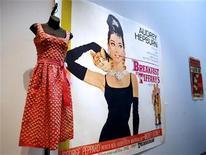 """<p>Un vestido usado por Audrey Hepburn en el filme """"Breakfast at Tiffany's"""" es exhibido en Christie's en Nueva York, 24 mar 2007. Una inusual estampilla alemana que muestra a Audrey Hepburn con una boquilla, una imagen de la película de 1961 """"Breakfast at Tiffany's"""", fue vendida por 53.500 euros (74.600 dólares) en una casa de subastas de Berlín. REUTERS/Shannon Stapleton/Archivo</p>"""