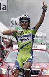 <p>Franco Pellizotti esulta dopo aver vinto la 17esima tappa del Giro d'Italia. REUTERS/Stefano Rellandini</p>