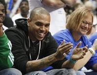 <p>Foto de arquivo do cantor Chris Brown assistindo um jogo de basquete em Orlando. 24/05/2009. REUTERS/Scott Audette</p>