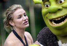 <p>L'attrice Cameron Diaz in posa assieme a Shrek. REUTERS/Kieran Doherty</p>