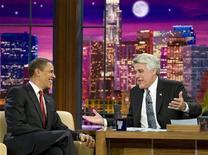 """<p>Foto de archivo del presidente estadounidense, Barack Obama (izquierda en la imagen), junto con Jay Leno, el conductor del """"Tonight Show"""", de la cadena NBC en Burbank, EEUU, 19 mar 2009. Leno, el popular anfitrión del programa de conversación nocturno """"The Tonight Show"""", de la cadena NBC dejará el viernes el cargo tras 17 años para pasar a la televisión de horario punta, un cambio mayor para la programación estadounidense. REUTERS/Larry Downing</p>"""
