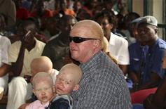<p>Казунди Кассим, глава Ассоциации альбиносов Бурунди, в суде в Руйиги 28 мая 2009 года. Прокуратура Бурунди в четверг потребовала приговорить к пожизненному заключению трех человек, обвиняемых в убийстве альбиносов с целью продать части их тел местным шаманам. REUTERS/Jean Pierre Aime Harerimana</p>