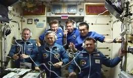 <p>Tripulação da nave russa Soyuz TMA-15 e a Estação Espacial Internacional. 29/05/2009. REUTERS/NASA TV</p>