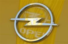 <p>Un logo de Opel es visto en una sala de ventas en Bochum, Alemania, 29 mayo 2009. Los esfuerzos alemanes por fraguar un rescate para la filial Opel de General Motors se vieron amenazados el viernes después de que la italiana Fiat dijera que no acudiría a unas conversaciones cruciales sobre la compañía. REUTERS/Ina Fassbender (IMAGENES DEL DIA)</p>