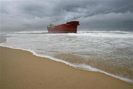 A 40,000 tonne coal ship sits about 100 metres (330 feet) from Nobbys Beach after running aground near the coal port of Newcastle on Australia's east coast June 8, 2007. REUTERS/Tim Wimborne