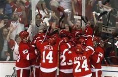 <p>Members of the Detroit Red Wings celebrate their overtime series win over the Chicago Blackhawks in their NHL Western Conference Final series in Detroit, Michigan, May 27, 2009. REUTERS/Mark Blinch</p>