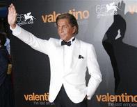 <p>Итальянский модельер Валентино Гаравани на кинофестивале в Венеции 28 августа 2008 года. Нынешний год будет нелегким для модного дома Valentino, но компания утверждает, что видит сигналы, указывающие на восстановление ситуации для наиболее престижных брендов розничного сектора. REUTERS/Denis Balibouse</p>