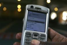<p>Un hombre usa su teléfono móvil para transferir dinero via M-PESA, en Nairobi, Kenia, 12 mayo 2009. La red, propiedad de la mayor compañía keniana de telefonía móvil, Safaricom, nace de la falta de infraestructuras en Africa, sobre todo de sucursales bancarias, y también del entusiasmo de los africanos por los móviles. REUTERS/Noor Khamis</p>