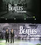 "<p>Ringo Starr e Paul McCartney, dos Beatles, mostram o novo videogame ""The Beatles: Rock Band"" na conferência de videogames E3. 01/06/2009. REUTERS/Fred Prouser</p>"
