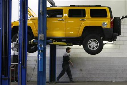 A technician walks by a Hummer H3 in for service at the Burt GM auto dealer in Denver, June 1, 2009. RTEUTERS/Rick Wilking