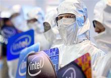 <p>Modelo vestido com traje de laboratório exibe logotipo da Intel na Computex, em Taipé. A Intel informou nesta quarta-feira que vê vendas globais sólidas de notebooks e espera que seus novos processadores a coloquem em boa posição para um boom previsto no segmento de máquinas ultra-finas.</p>