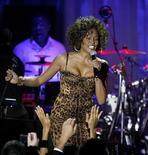 <p>Foto de archivo de Whitney Houston durante el evento saludo de los Grammy a los símbolos de la industria, en honor a Clive Davis en Beverly Hills, 7 feb 2009. La diva de la música pop Whitney Houston publicará su nuevo álbum en septiembre, el primero tras siete años, dijo el jueves Arista Records, anunciando el esperado regreso de la talentosa pero aproblemada estrella. REUTERS/Mario Anzuoni</p>