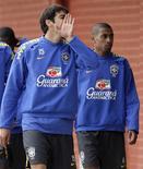<p>Kaká e Kleberson durante treino em Teresópolis para jogos da Eliminatória da Copa do Mundo, contra o Uruguai e Paraguai. REUTERS/Sergio Moraes</p>