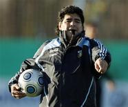 <p>Maradona, durante treino nesta quinta-feira em Buenos Airesm criticou a condição do campo após show de rock. A Argentina enfrenta a Colômbia no sábado. REUTERS/Enrique Marcarian</p>