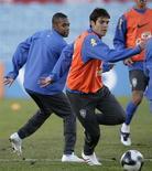 <p>Kaká e Robinho treinam em Teresópolis antes de partida contra o Uruguai, no sábado, pelas Eliminatórias da Copa do Mundo. REUTERS/Andres Stapff</p>