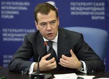 <p>Президент России Дмитрий Медведев выступает на Международном экономическом форуме в Санкт-Петербурге, 5 июня 2009 года. Российские власти представили миру свой рецепт оздоровления экономики: изменить несправедливое устройство мира, чтобы нефть подорожала, а развитые страны поделились влиянием на финансовых и сырьевых рынках. REUTERS/RIA Novosti/Kremlin/Mikhail Klimentyev</p>
