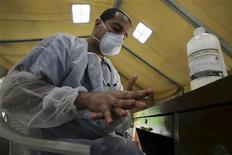 <p>Immagine d'archivio di un medico che si lava le mani dopo aver visitato un paziente affetto dalla nuova influenza. REUTERS/Oswaldo Rivas (NICARAGUA HEALTH)</p>