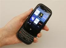 <p>Palm a lancé officiellement samedi aux Etats-Unis son nouveau téléphone portable multimédia Pre, un combiné considéré comme la meilleure opportunité du groupe pour regagner des parts de marché face à l'iPhone et au Blackberry. Ce nouveau smartphone avait été salué par les spécialistes lors de sa présentation en janvier dernier lors du Consumer Electronics Show, le salon de l'électronique grand public de Las Vegas. /Photo prise le 3 juin 2009/REUTERS/Lucas Jackson</p>
