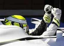 <p>Il pilota di Formula Uno Jenson Button, della Brawn, festeggia al traguardo la sua vittoria al Gp di Turchia. REUTERS/Umit Bektas (TURKEY SPORT MOTOR RACING)</p>