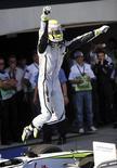 <p>Piloto Jenson Button, da Brawn GP, comemora conquista do GP da Turquia de Fórmula 1, abrindo 26 pontos de diferença para o segundo colocado, Rubesn Barrichello, na corrida de pilotos. REUTERS/Salih Zeki Fazlioglu/Anatolia</p>