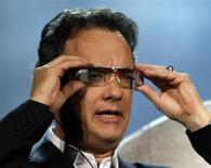 <p>Ator Tom Hanks usa protótipo de óculos 3D durante apresentação da Sony na Consumer Electronics Show (CES) em Las Vegas. Os sistemas 3D digitais parecem ser uma fonte importante de receitas para empresas que variam de cadeias de cinema a criadores de software, conforme empresas apostam nesse formato que atravessa franco aperfeiçoamento e pode ser capaz de lançar uma nova era do entretenimento.</p>