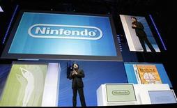 <p>Foto de archivo de Satoru Iwata, presidente de Nintendo Co., durante la feria tecnológica E3 en Los Angeles, 2 jun 2009. Nintendo eludió la crisis mundial al presentar ganancias récord en el año fiscal que concluyó en marzo, mientras su consola de videojuegos Wii y la portátil DS superaron en ventas a sus rivales de Sony y Microsoft. REUTERS/Mario Anzuoni</p>