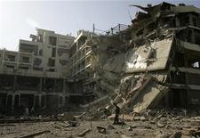 <p>Полицейкий осматривает развалины взорванного Pearl Continental Hotel в Пешаваре 10 июня 2009 года. Одиннадцать человек погибли, около 70 были ранены в результате нападения экстремистов на пятизвездочный отель в пакистанском городе Пешаваре, где проживали известные люди и иностранцы, в том числе, представители миссии ООН, сообщили пакистанские власти. REUTERS/Akhtar Soomro</p>