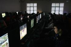 """<p>Clientes usan computadores en un cibercafé en Shanghái, China, 5 ene 2009. Un grupo de Washington que representa a empresas de tecnologías de la información pidió el miércoles a China que reconsidere su orden de integrar filtros de internet en los nuevos computadores. Las regulaciones chinas obligan a que """"Green Dam"""", un programa desarrollado por Jinhui Computer System Engineering, esté preinstalado en los computadores personales fabricados o enviados a tienda a partir del 1 de julio. China afirma que el filtro está diseñado para bloquear la pornografía. REUTERS/Aly Song/Archivo</p>"""