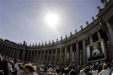 <p>Il colonnato di piazza San Pietro a Roma. REUTERS/Alessandro Bianchi (VATICAN)</p>