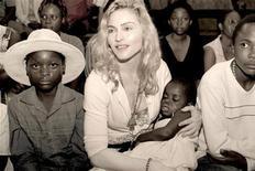 <p>Foto publicitaria de archivo de la estrella del pop Madonna y la niña malauí que busca adoptar, Mercy, 13 abr 2009. La estrella estadounidense del pop Madonna fue autorizada el viernes a adoptar a una niña de Malaui, luego que el Tribunal Supremo del país revocara un fallo de una corte inferior en un caso que ha sido criticado por grupos locales de derechos humanos. REUTERS/Tom Munro/Warner Brothers Records (IMAGEN DEL DIA)</p>