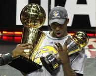 <p>Kobe Bryant, do Los Angeles Lakers, segurando troféu após derrotar o Orlando Magic na final em Orlando. 14/06/2009. REUTERS/Kevin Kolczynski</p>