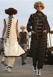 <p>Modelos exibem criações de Karl Lagerfeld. 14/05/2009. REUTERS/Manuel Silvestri</p>
