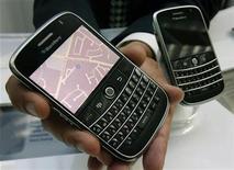 """<p>Foto de archivo de teléfonos Blackberry """"Bold"""" de Research in Motion (RIM, 15 jul 2008. Research In Motion está agregando otro """"smartphone"""" a su línea BlackBerry en búsqueda de una participación de mercado tanto entre ejecutivos como entre consumidores masivos pese a las duras condiciones económicas. REUTERS/Mike Cassese/Archivo</p>"""