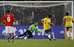 <p>Kaká cobra pênalti contra o Egito em jogo pela Copa das Confederações na África do Sul. A Fifa rejeitou reclamação do Egito sobre marcação do pênalti dado ao Brasil. REUTERS/Jerry Lampen</p>