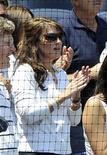 <p>La Gobernadora de Alaska, Sarah Palin, applaude durante el juego de béisbol entre los Yankees de Nueva York frente a los Rays de Tampa Bay en Nueva York, 7 jun 2009. Palin, aceptó las disculpas del presentador de televisión David Letterman por las bromas de tono sexual acerca de su hija adolescente, pero no fue suficiente para detener una protesta el martes a las afueras del estudio del comediante. REUTERS/Ray Stubblebine</p>