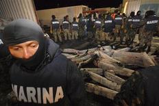 <p>La marine mexicaine a saisi plus d'une tonne de cocaïne dissimulée dans des carcasses de requins congelées, nouvel exemple de l'imagination déployée par les narcotrafiquants pour échapper aux contrôles. Une vingtaine de requins avaient été remplis de paquets de drogue. /Photo prise le 16 juin 2009/REUTERS/Argely Salazar</p>